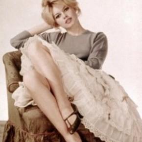 Brigitte Bardotに学ぶクールフェミニンな着こなし。