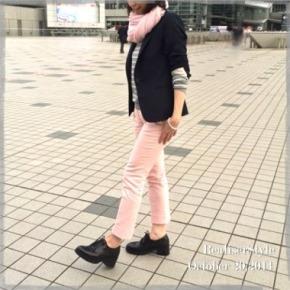 紺ジャケ×ピンクパンツの大人上品カジュアルコーデ。
