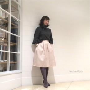 グレー×ピンクで大人カワイイミモレ丈スカートコーデ。
