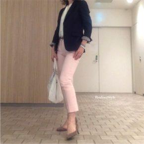 ネイビージャケット×ピンクパンツでビジネスカジュアルコーデ。