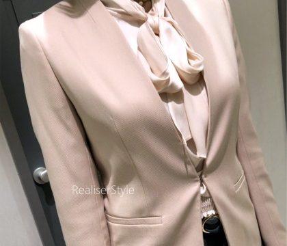 40代女性マカロン色のオフィスファッション