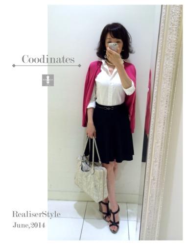 白シャツ×フレアースカートのコーディネート